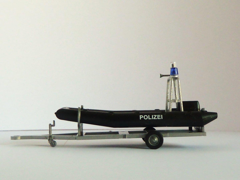 polizei boot mit motor und aufbau auf trailer. Black Bedroom Furniture Sets. Home Design Ideas